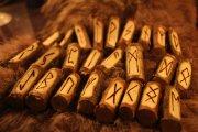 Die Kraft der Runen Foto: ©  Lesina Oxana @ shutterstock
