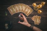 Kartenlegen mit dem Crowley Tarot  Foto: ©  n_defender @ shutterstock