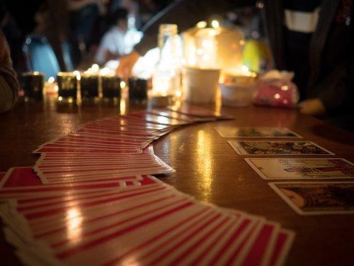 liebevolles Kartenlegen,Kartenleger,Hilfestellung Foto: ©  Thaksin Suwantai @ shutterstock