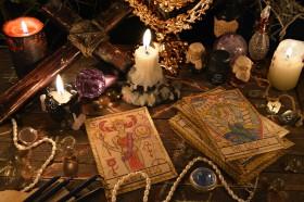 Konstellationen im Crowley Tarot,Legungen Crowley Tarotkarten Foto: ©  Vera Petruk @ shutterstock