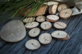 Rune Naudhiz Bedeutung,Runen Bedeutung Foto: ©  Borys Vasylenko @ shutterstock