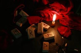Runenalphabet Futhark Bedeutung,Runen befragen Foto: ©  Yuliia Driahina @ shutterstock