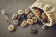 Rune 18 im Futhark – Berkano  Foto: ©  Borys Vasylenko @ shutterstock