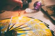 Kartenlegen - Einen Blick in die Zukunft werfen  Foto: ©  Monika Wisniewska @ shutterstock