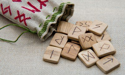 Vier-Runen Orakel Foto: © Irina Sokolovskaya @ shutterstock